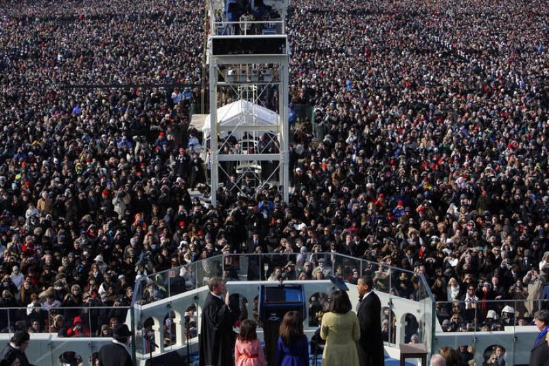 Una multitud observa el juramento de Obama como 44 presidente de los EE.UU. en la ceremonia de investidura.