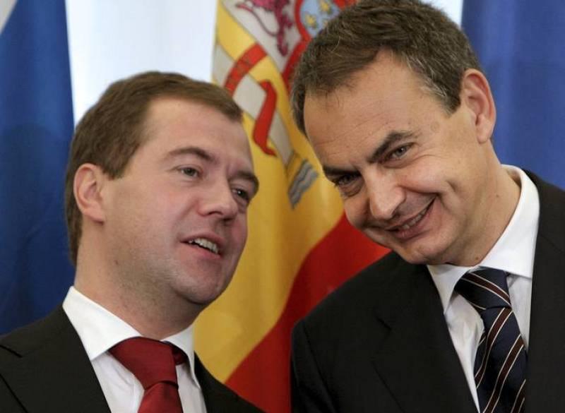 Zapatero y Medvedev conversan momentos antes de la firma de los acuerdos de cooperación