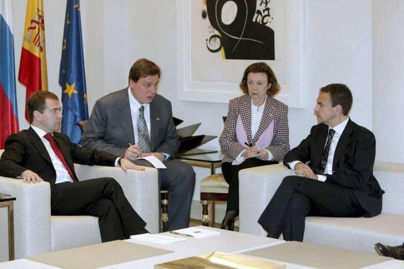 Zapatero conversa con Medvedev en el Palacio de la Moncloa