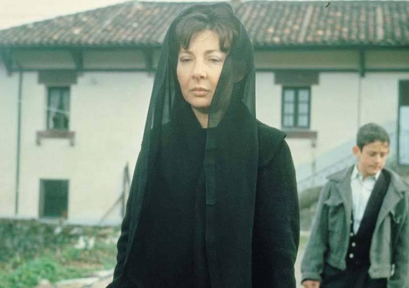 Alicia Hermida interpreta a Irene Guindilla, quien se siente atraída por Dimas, un joven que trabaja en la banca
