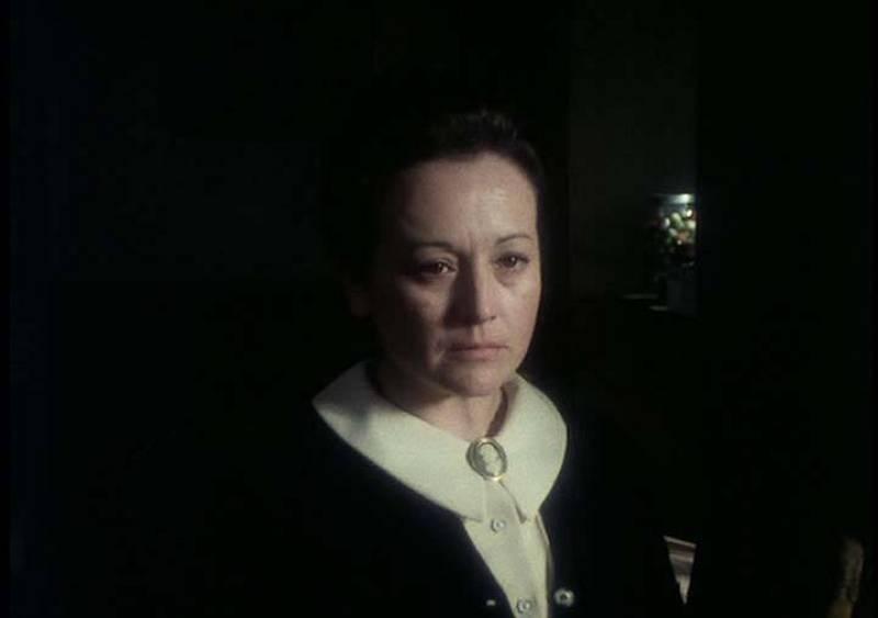 Amparo Baró es Lola, quien junto a su hermana Irene regenta una tienda desde donde se ocupan de la vida y milagros de las personas del pueblo, calumniando a todos