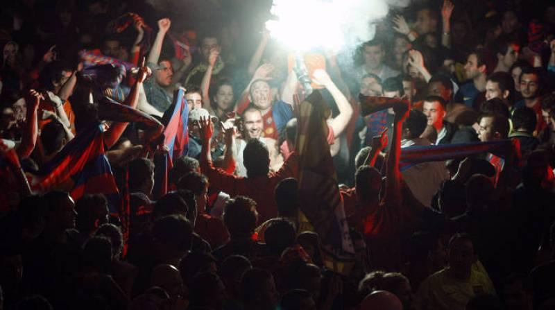 A partir de las 02:00 horas un grupo de 300 personas comenzó a tirar botellas, latas y objetos contundentes contra las fuerzas de seguridad.