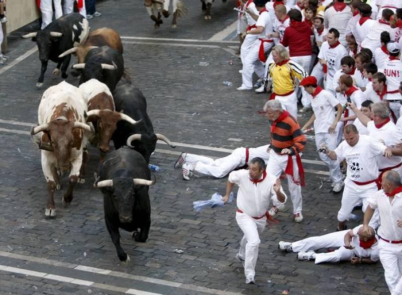 Varios toros pasan junto a los cabestros, frente al tramo del Ayuntamiento. La carrera limpia y rápida que ha transcurrido sin incidentes.