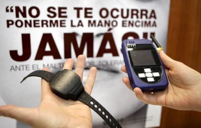 El brazalete conectará a la víctima con el agresor por GPS y a su vez con un centro de seguridad.