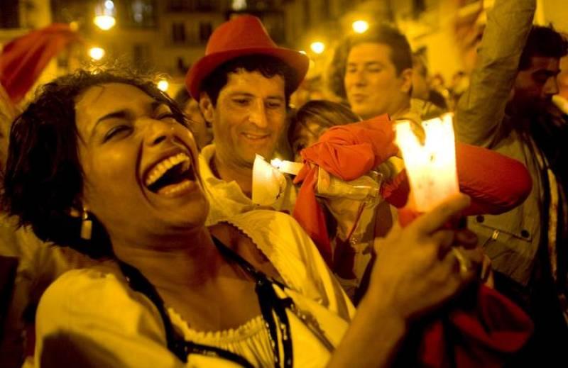 La Plaza Consistorial se llena de velas para despedir nueve días de fiestas.