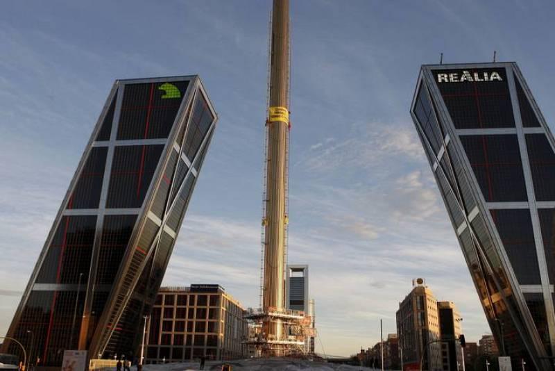 Dos activistas de Greenpeace que han escalado  el obelisco de Calatrava en la plaza de Castilla de Madrid, con una altura de casi cien metros, para pedir al Gobierno de José Luis Rodríguez Zapatero una mayor implicación frente al cambio climático.