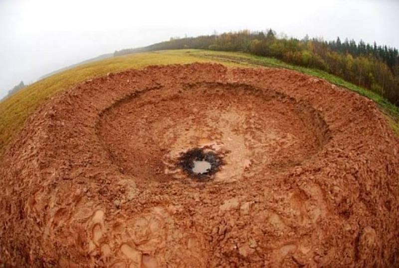 Se tomarán muestras de los restos esparcidos por la zona y de la arcilla quemada del fondo del cráter para confirmar qué tipo de cuerpo ha causado el cráter.