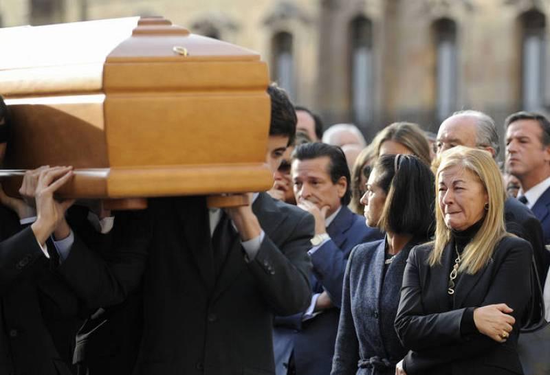 La viuda de Fernández Campo se emociona al paso del féretro de su marido