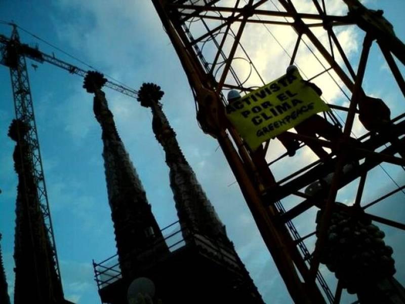 Los activistas están han descolgado dos pancartas más en las grúas laterales de la Sagrada Familia en las que se puede leer ¿Save the climate-Salvad el clima¿.
