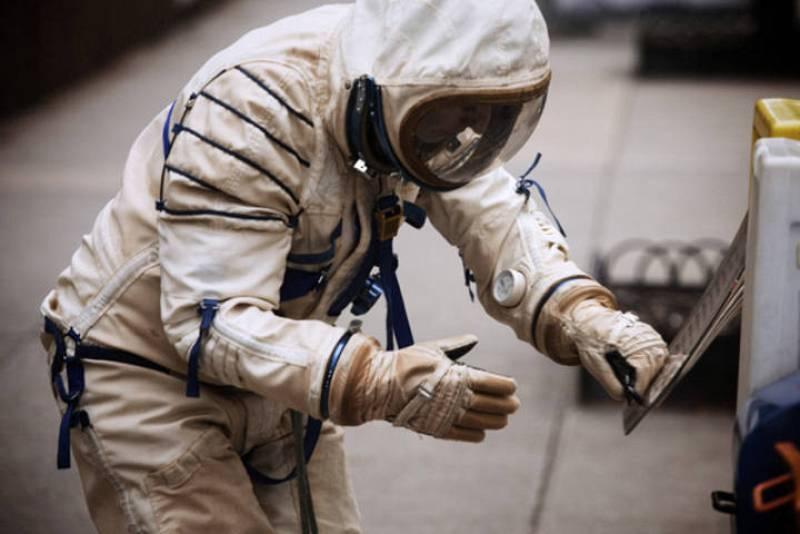 Vestida con un traje de astronauta, camina perdida por Nueva York. Es Alicia Framis, una artista barcelonesa que presenta entre el 3 y el 17 de noviembre de su nueva instalación 'Lost Astronaut' en la ciudad de los rascacielos