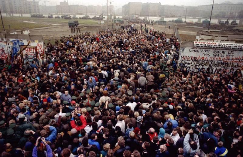 El Muro de Berlín estaba formado por bloques de 3,5 metros de alto, 1,20 m de ancho y 2,75 toneladas de peso coronados por una alambrada de púas.