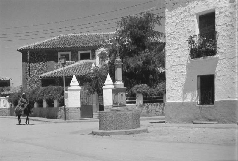 José Mota regresa a Montiel, el pueblo en el que nació hace 44 años. En la imagen, un hombre en burro pasea por las calles del pueblo.