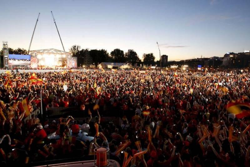 Miles de aficionados esperan la llegada de los jugadores de la selección española de fútbol al escenario del Puente del Rey, en Madrid.