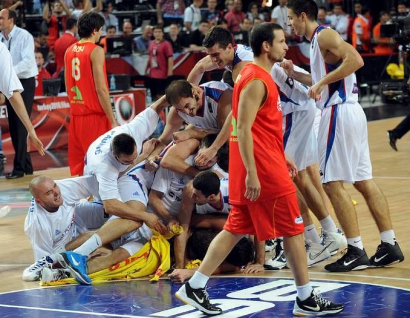 Serbia ha dejado fuera a toda una campeona del mundo, España, en un gran partido resuelto en los últimos segundos (92-89).