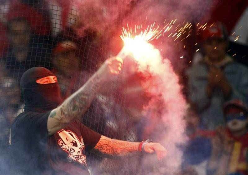Un ultra serbio quema una bengala en la grada del Luigi Ferraris.