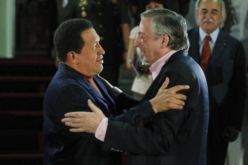 Hugo Chávez recibe a Néstor Kirchner este pasado agosto en el Palacio de Miraflores de Caracas (Venezuela)