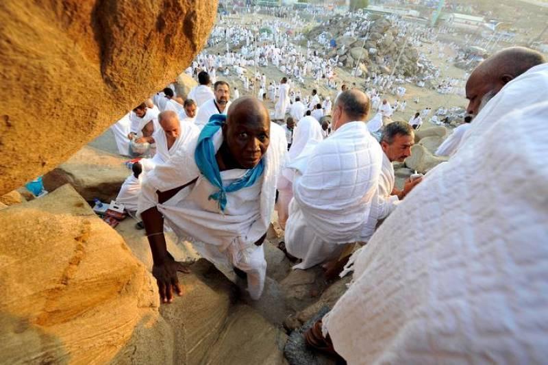 Peregrinos musulmanes suben el monte Arafat