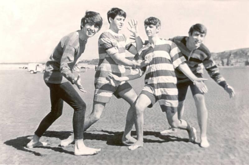 Los Beatles posan juntos en una playa