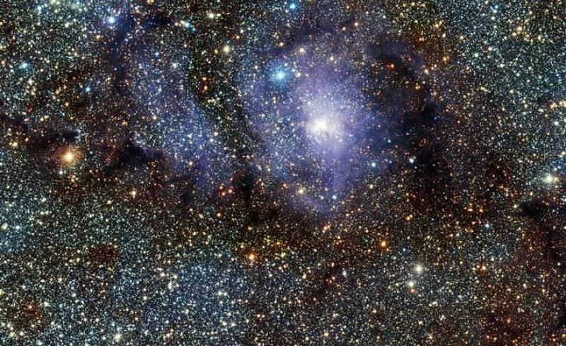 Astrónomos del Observatorio Europeo Austral (ESO) han captado nuevas imágenes de la Nebulosa La Laguna, mediante un telescopio de luz infrarroja.