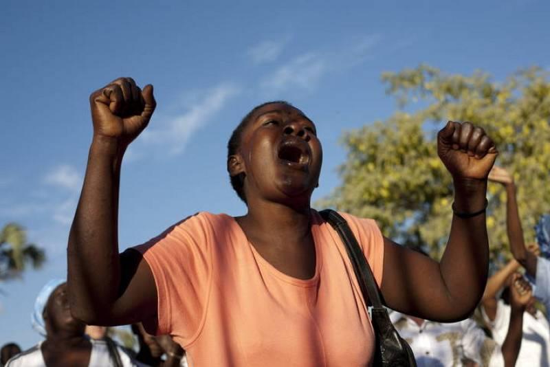 Una mujer reza en la catedral de Puerto Príncipe en el primer aniversario del terremoto que causó unos 300.000 muertos y dejó 1,2 millones de desplazados en Haití.