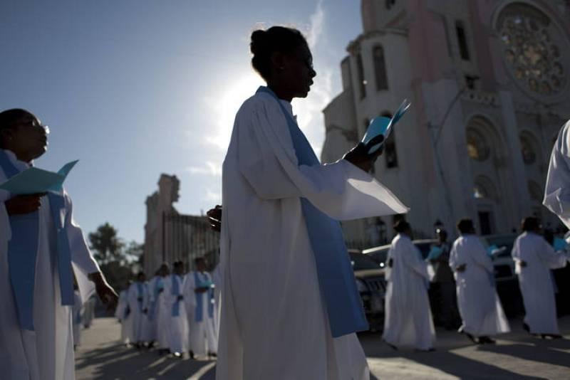 Vestidos en su mayoría de blanco y negro, sus colores ceremoniales, muchos haitianos han dejado a un lado sus actividades cotidianas para consagrarse a recordar a los fallecidos.