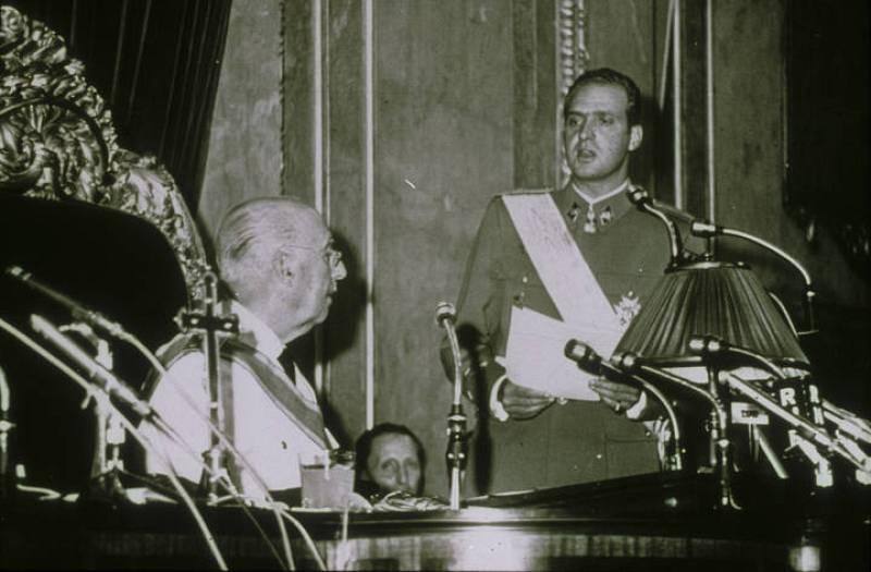Don Juan Carlos pronuncia ante Franco su discurso de aceptación como heredero el 22 de junio de 1969.