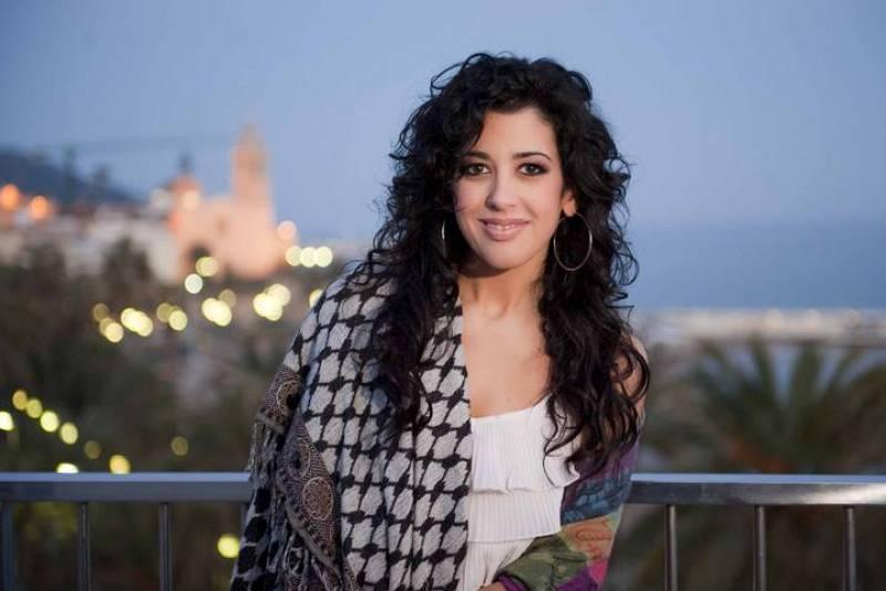 Lucía Pérez posa ante las cámaras de TVE a su llegada a Sitges.