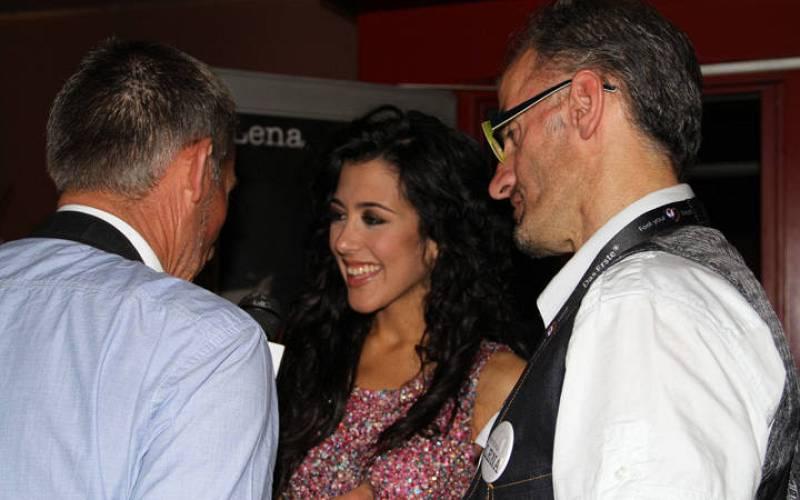 Lucía Pérez, charlando con seguidores españoles tras su actuación en la fiesta alemana.
