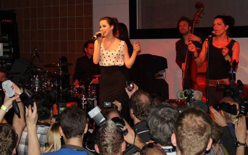 """Lena, cantante de Alemania, interpreta ante el público su """"Taken by a stranger"""""""