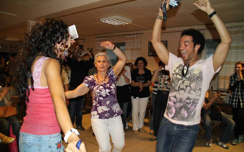 Lucía Pérez y Amaury, bailando una muiñeira.