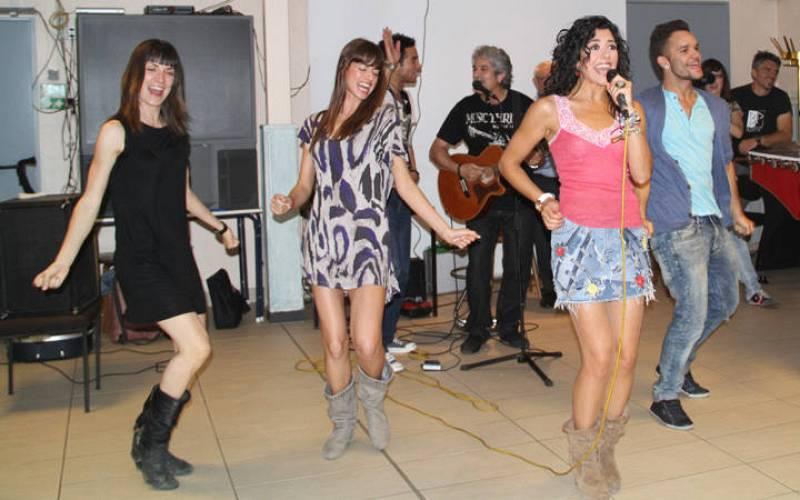 """Lucía Pérez canta """"Que me quiten lo bailao"""" en el centro gallego de Bonn."""