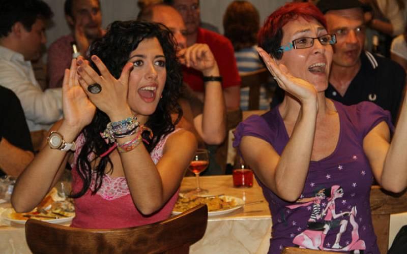 Lucía Pérez y Lola González lo pasaron en grande durante la fiesta en el centro gallego de Bonn.