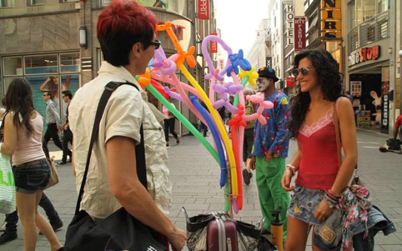 Lola González y Lucía Pérez, de paseo por el centro de Colonia.