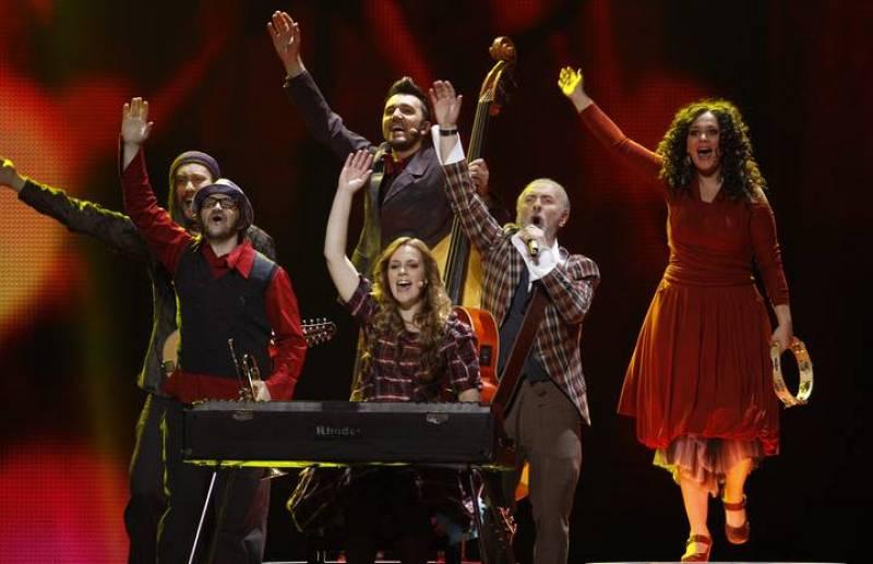 """Dino Merlin, representante de Bosnia y Herzegovina durante su interpretación para la 2ª Semifinal de Eurovisión del tema """"Love in Rewind"""""""