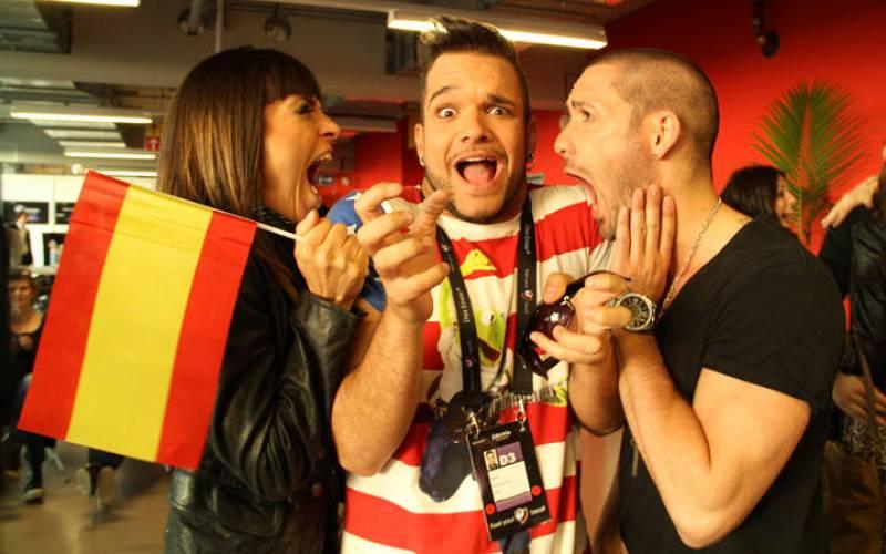 Los bailarines españoles Sandra, Nito y Ginés, bromean durante la larga espera en el backstage.
