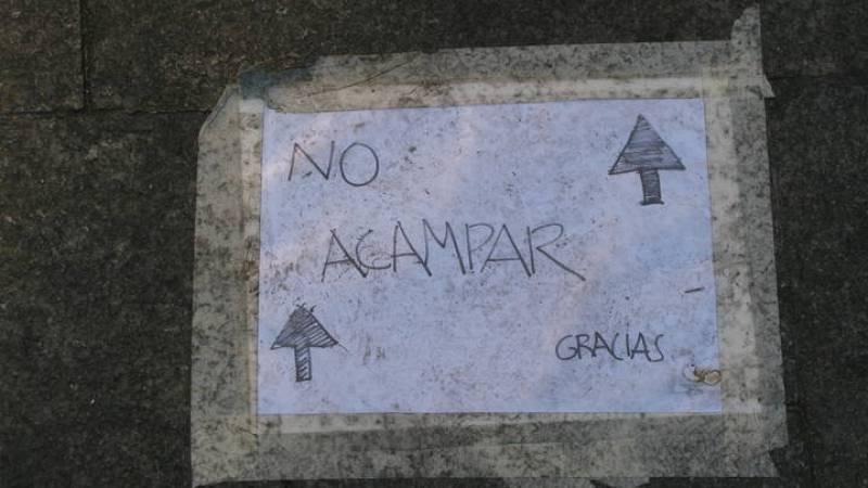 Con estos carteles en el suelo los acampados pretenden que los comerciantes no se vean afectados por la presencia de tiendas de campaña en la puerta de sus negocios.