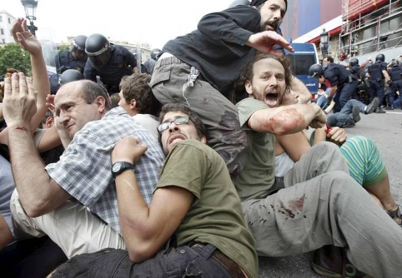 Al menos 43 heridos tras la carga policial contra los 'indignados'