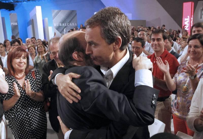 Rubalcaba y Zapatero se abrazan tras el discurso del primero como candidato oficial a las generales.