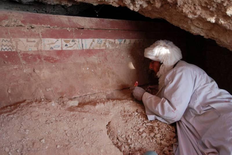 Un operario durante la restauración del sarcófago del arquero Iqer