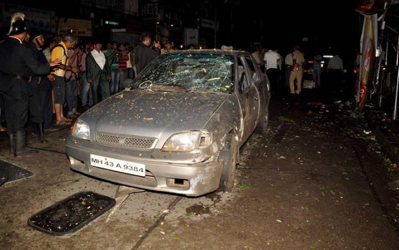 Un coche ha quedado destrozado tras una de las explosiones.