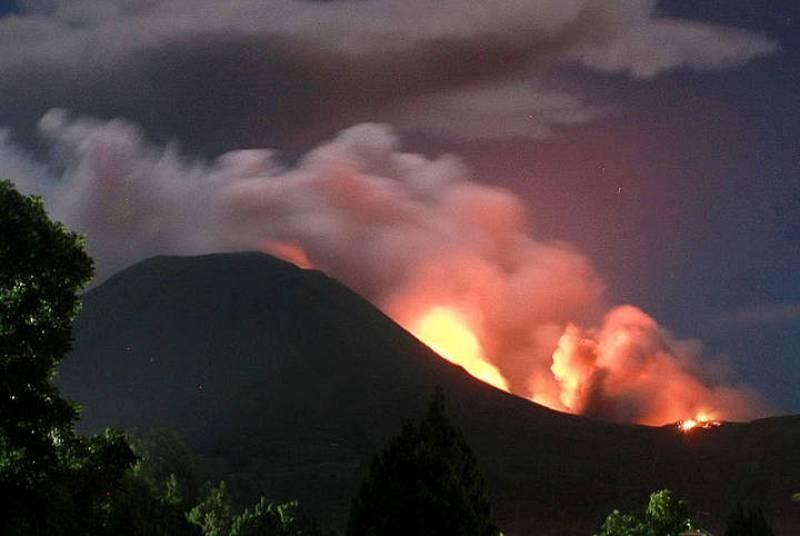 El volcán indoneso Lokon en erupción