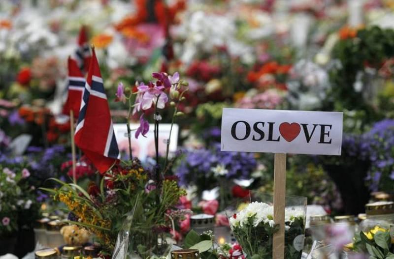 """""""Amor para Oslo"""" se lee en una de las pancartas en recuerdo a las víctimas de la matanza"""