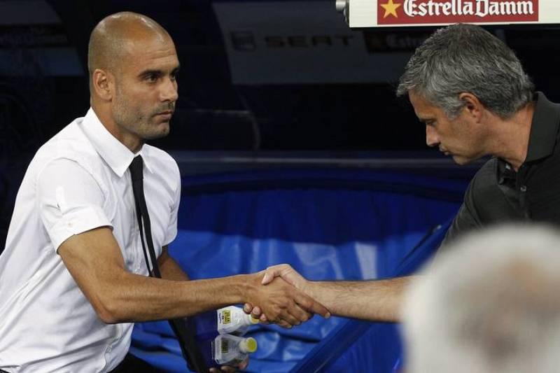Guardiola y Mourinho se saludan antes del partido