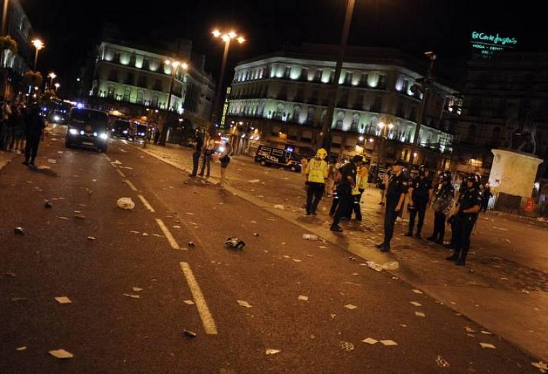 Agentes de la Policía Nacional permanecen en la Puerta del Sol tras la carga policial