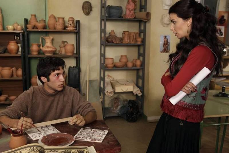 Javi ha vuelto al instituo, aunque con un ojo morado. Inés sigue muy pendiente de su alumno, que parece perdido en un mundo de violencia y drogas del que no sabe salir.