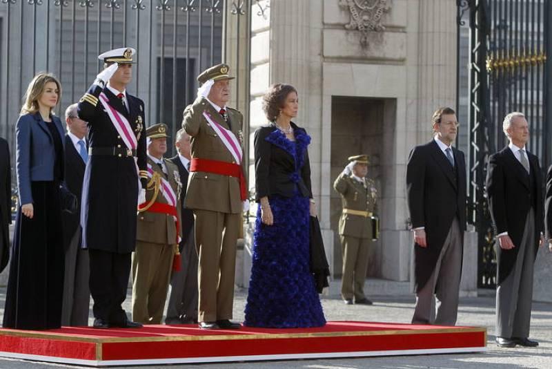 Los Reyes y los Príncipes de Asturias, junto al presidente del Gobierno, Mariano Rajoy (2-d), y el ministro de Defensa, Pedro Morenés, en la Plaza de la Armería del Palacio Real al inicio de los actos de la Pascua Militar.