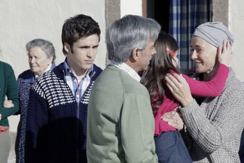 Carlos acompaña a su padres en su viaje a Sagrillas. Mercedes se alegra de estar con su familia pero no soporta la expectación que ha levantado su visita entre los vecinos del pueblo.