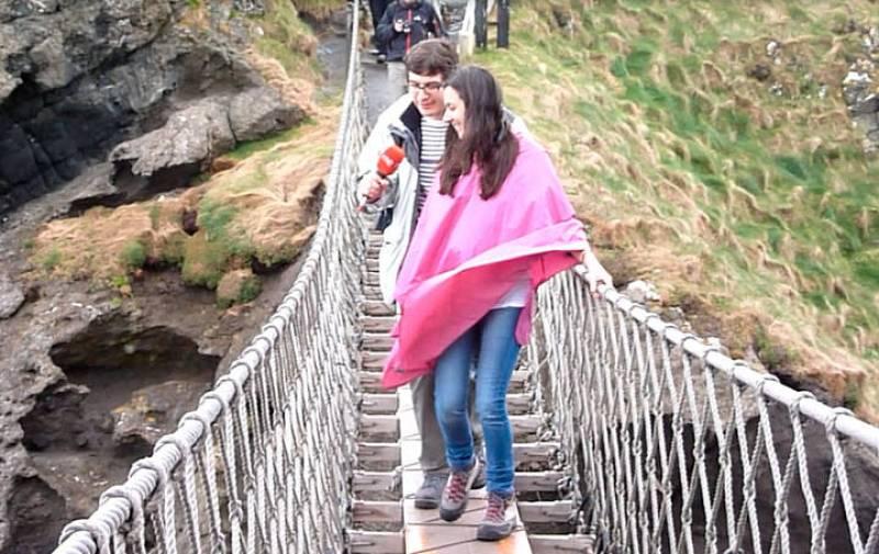 La famosa entrevista a Gabriela Tabarés sobre el puente de cuerda de Carrick-a-Rede, a 40 metros de las rocas