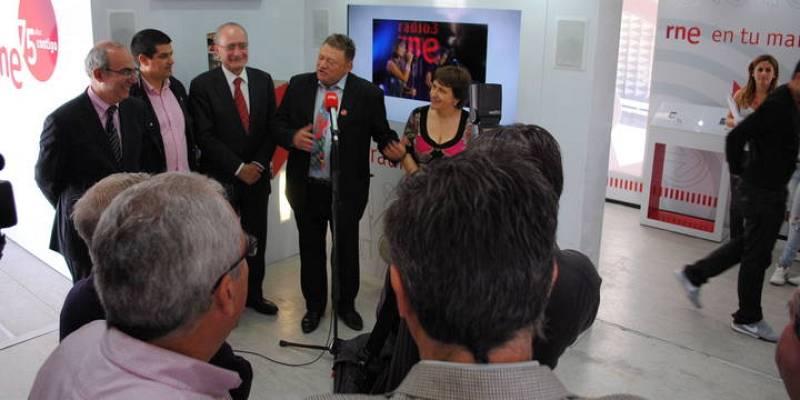 Radio Nacional de España en Málaga ha celebrado este lunes el 75º aniversario de la radio pública con la presencia de la exposición conmemorativa en el centro de la capital y con la emisión de un programa especial en directo.