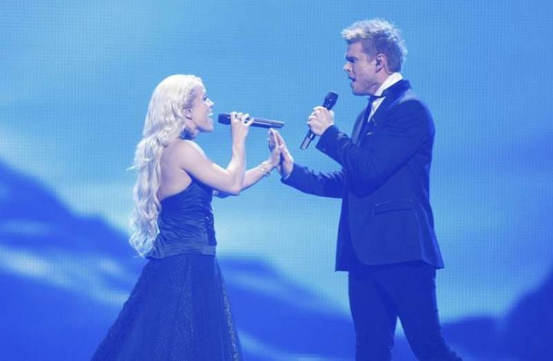 "Greta Salome y Jonsi, representantes de Iceland, interpretan ""Never Forget""."